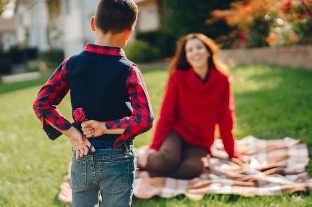 작은 아들과 함께 아름 다운 어머니