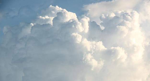 Красивая форма облака размытия движения на голубом небе