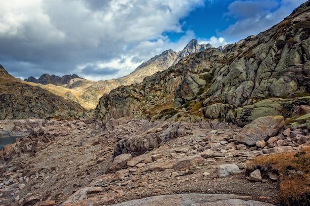 Красивая гора, полная скал