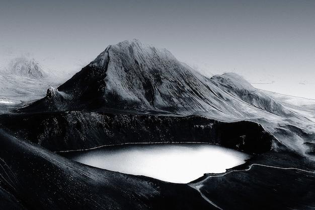 Bellissimo remix di sfondo del lago di montagna