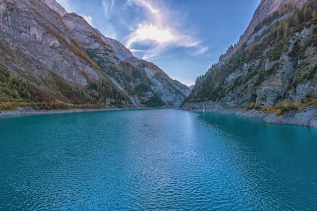 スイスの美しい山の湖、秋の日、日没前
