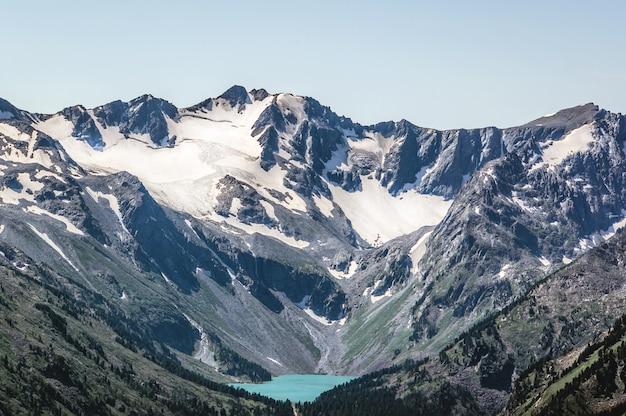 Красивое горное озеро с бирюзовой водой мультинское чита с чистой водой в республике алтай сибирь россия