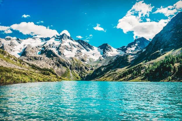 アルタイ共和国シベリアロシアのターコイズブルーのmultinskoechita澄んだ水と美しい山の湖