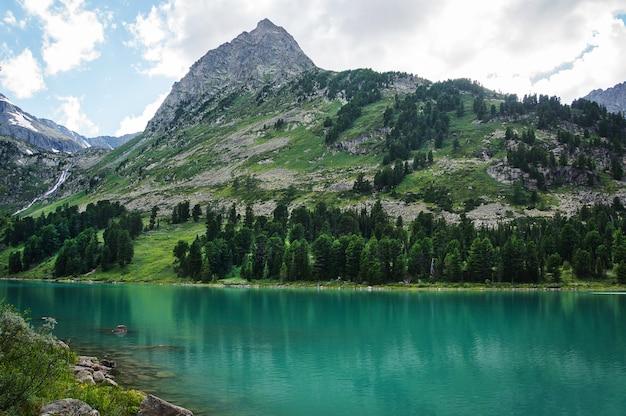 ターコイズブルーのmultinskoeのある美しい山の湖