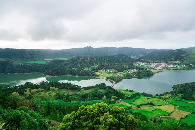 Bellissimo paesaggio di montagna nell'arcipelago delle azzorre, portogallo