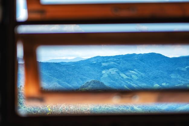 Красивый горный пейзаж у окна