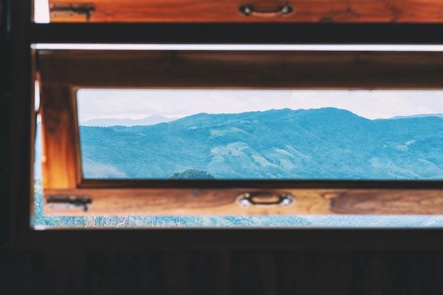 Красивый горный пейзаж у окна Premium Фотографии