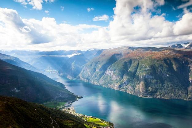 Красивый ландшафт горы в aurland и aurlandsfjord в солнечном свете, sogn og фьордане, норвегии.