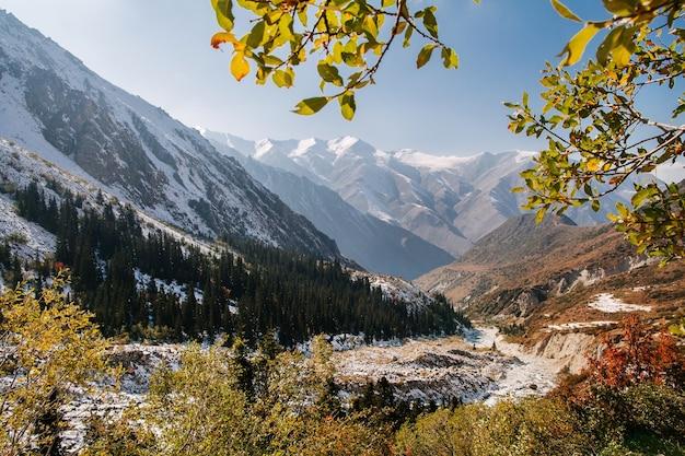 美しい山の風景山の雪に覆われた尾根
