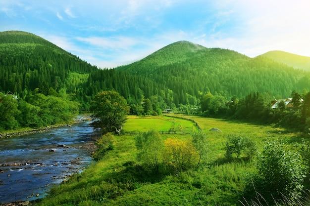 晴れた日の美しい山の風景
