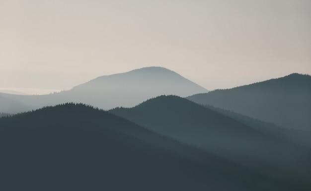 해돋이에 아침 안개로 아름 다운 산 풍경