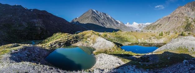 Красивый горный пейзаж с двумя небольшими озерами