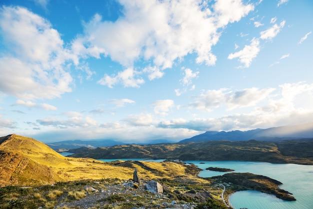 パタゴニアの美しい山の風景。南米アルゼンチンの山岳湖。