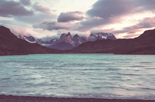 チリのトレスデルパイネ国立公園の美しい山の風景。世界的に有名なハイキング地域。