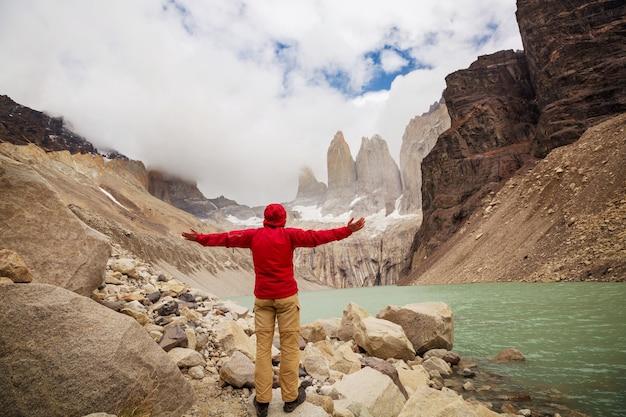 Красивые горные пейзажи в национальном парке торрес-дель-пайне, чили. всемирно известный туристический регион.