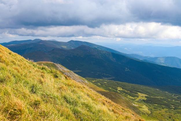 Красивые горные пейзажи. концепция туризма, природы и путешествий. карпатские горы