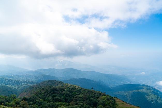 Красивый горный слой с облаками и голубым небом на природной тропе кью мае пан в чиангмае, таиланд
