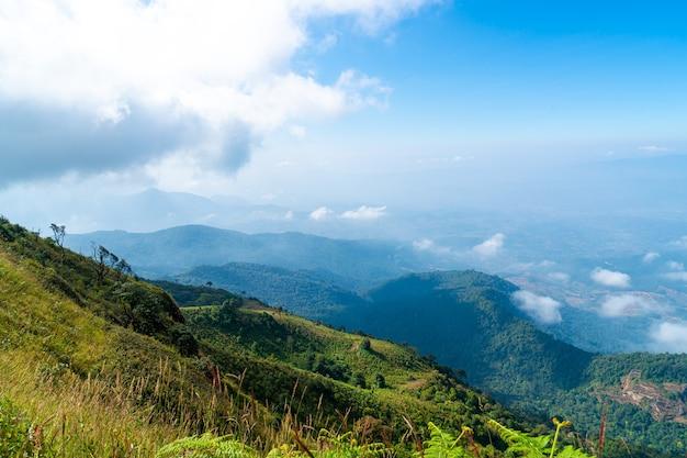 치앙마이, 태국의 큐 매 팬 자연 트레일에서 구름과 푸른 하늘이 아름다운 산 층