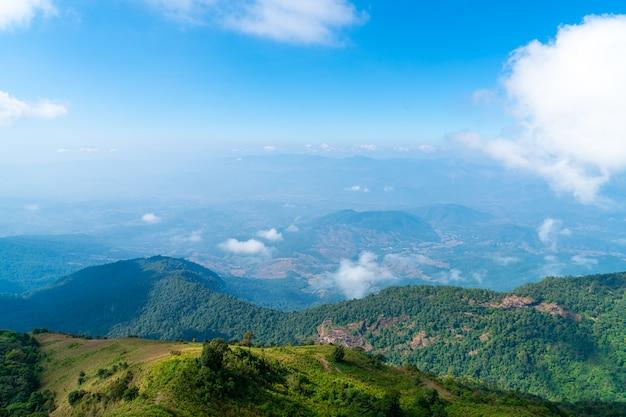 태국 치앙마이의 큐 매 판 네이처 트레일(kew mae pan nature trail)에서 구름과 푸른 하늘이 있는 아름다운 산층