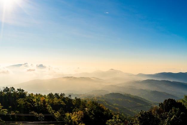 태국 치앙마이에서 구름과 일출 아름다운 산 층