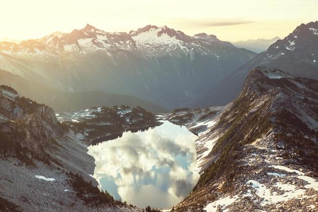 미국 워싱턴주 노스 캐스케이드 산맥의 아름다운 산봉우리