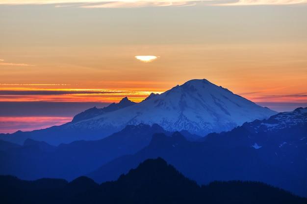 Красивая горная вершина в северном каскадном хребте, вашингтон / сша