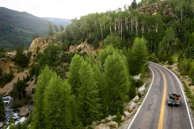 Bellissimo paesaggio di strada di montagna