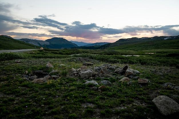 美しい山道の風景