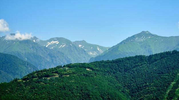 ソチの大きな雲と美しい山の景色。クラスナヤポリャナ。