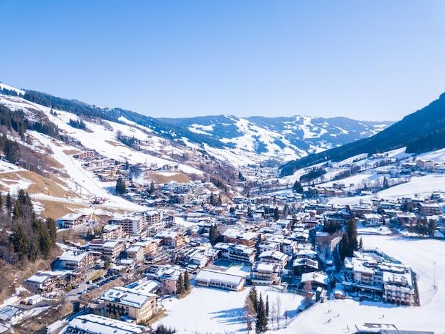 오스트리아의 알프스에 눈이 덮여 아름다운 산 마을