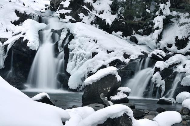 氷に覆われた美しい山の滝