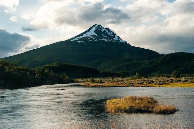 아르헨티나 티에라 델 푸에고 지방 우수아이아의 눈이 내리는 아름다운 산.