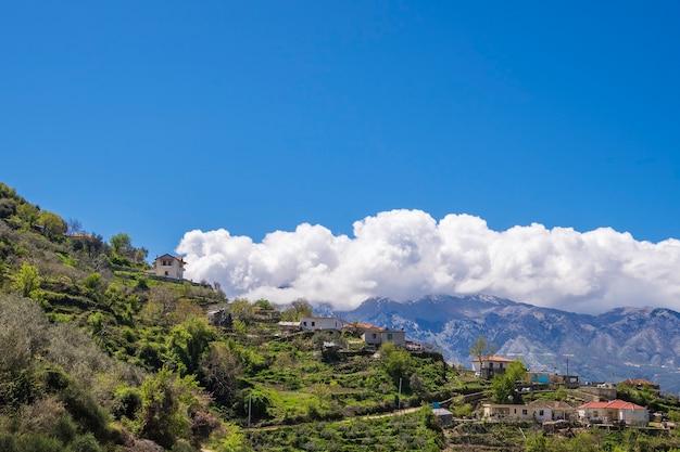 美しい山々と青い曇り空の風景