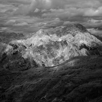 黒と白で撮影された美しい山と丘