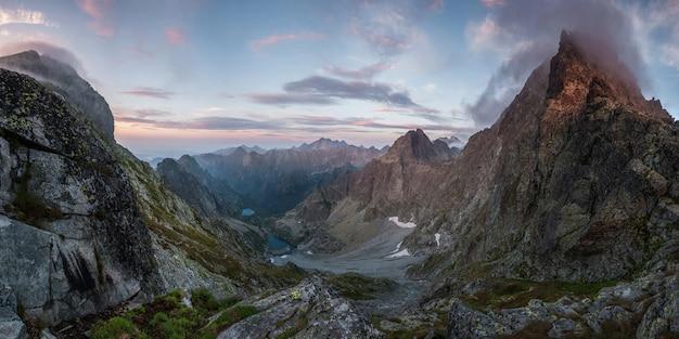 핑크 구름과 계곡, 풍경에 호수와 일몰에서 아름 다운 산