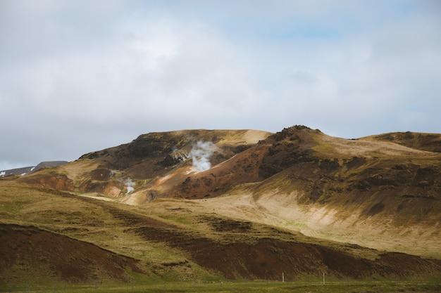 草で覆われた美しい山々はタイで捕獲されたフィールドをカバーしました