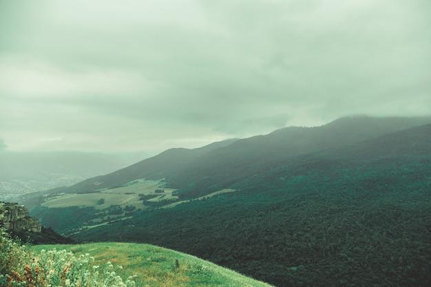 Belle montagne in una giornata nebbiosa