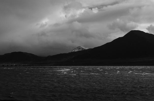 Le belle montagne e colline hanno sparato in bianco e nero