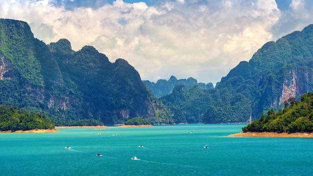 タイ、スラタニ県カオソック国立公園のラッチャプラファダムの美しい山々。