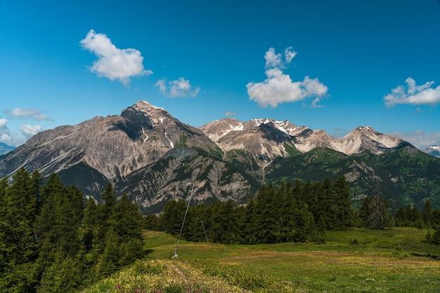 Красивые горы летом с тенями облаков на них