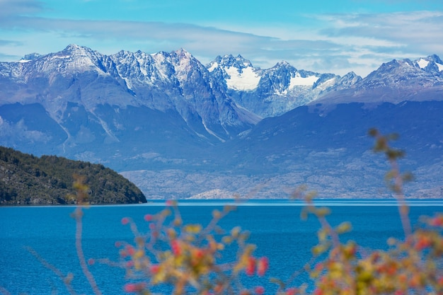 チリ、パタゴニア南部の砂利道carreteraaustral沿いの美しい山々の風景