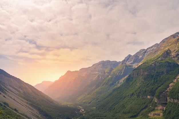 일몰 동안 아름다운 산 풍경 산 위의 화려한 하늘의 아름다운 전망