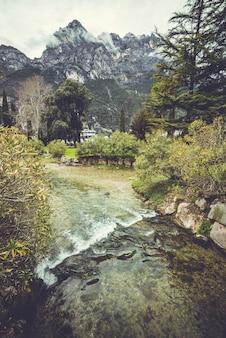 Красивый пейзаж гор с рекой в альпах