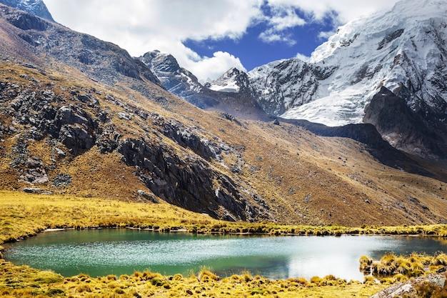Красивые горные пейзажи в кордильерах уайуаш, перу, южная америка