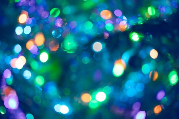 Красивое разноцветное боке в пурпурно-сине-зеленом цвете в качестве фона или обоев. рождество или новый год расфокусированным фон боке.