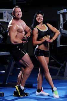 ジムで美しい筋肉のカップル