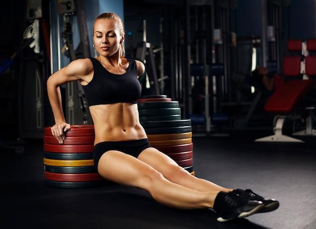 아름 다운 근육 맞는 여자 건물 근육 운동