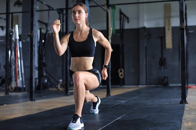 建物の筋肉を行使する美しい筋肉にフィットする女性。