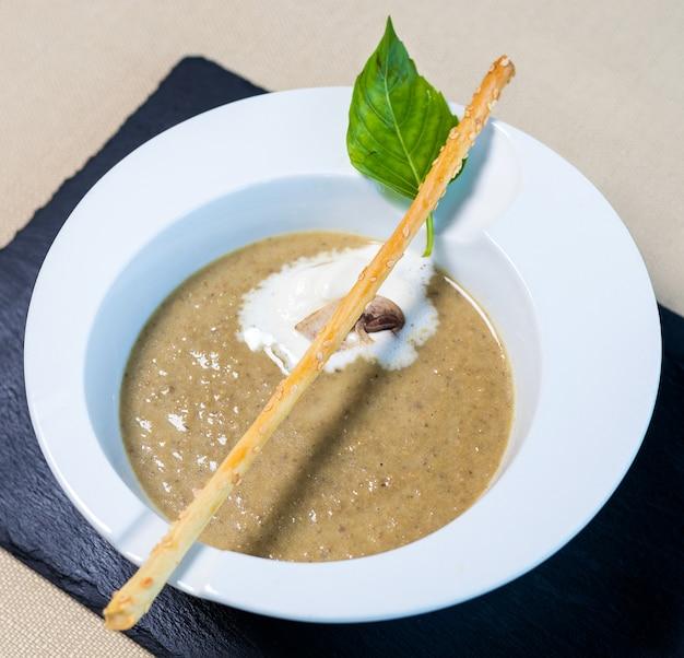 美しいキノコのスープをクローズアップ