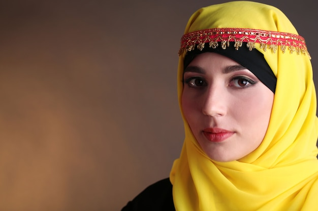 진한 색에 아름 다운 이슬람 아랍 여성